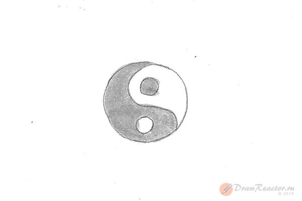 Как нарисовать знак инь янь. Шаг 4.